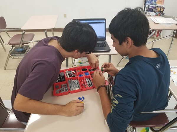MR. ISQUIERDO LEGO ROBOTS AND CODING